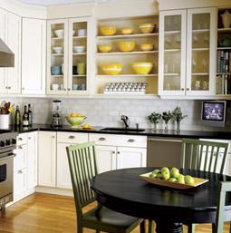 О том, как правильно расставить мебель на кухне, читайте в этой